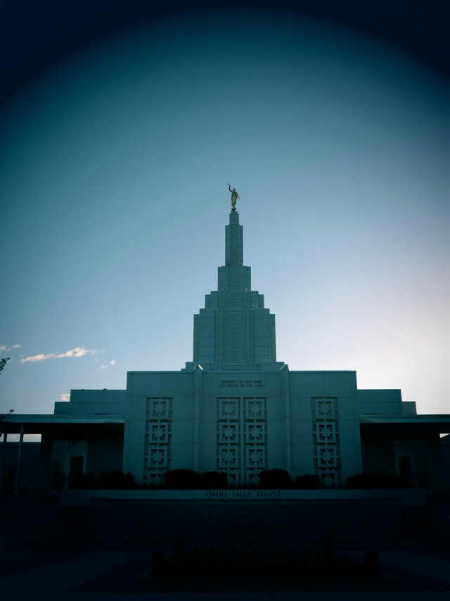 Mormonikirkko on mielestäni juuri niin synkkä asia kuin tämä kuva kuvastaa.