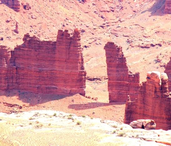 Äkkisyvässä kanjonissa on tällaisia pilareita pystyssä.