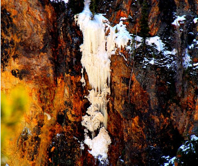 Jääputous kanjonin seinämässä.