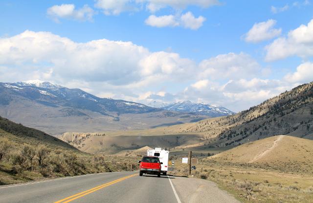 Tie Gardineriin, joka on kylä Yellowstonen pohjoissisäänkäynnillä.