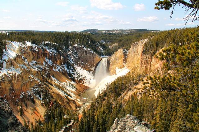 vesiputos yellowstonen kanjonilla
