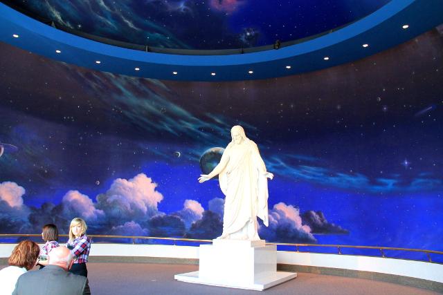 Temppeliaukiolla ja vierailijakeskuksessa ei kyllä huokunut mikään rakkaus. Ja miksi mormonien pitää pukeutua ylisiististi?