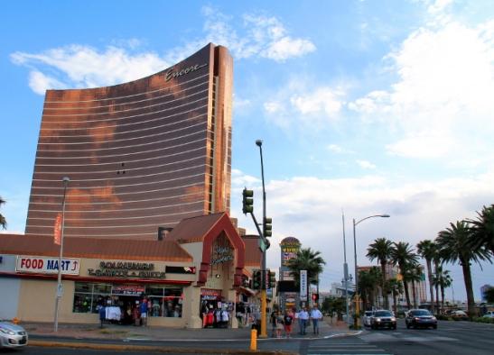 Encore-kasinohotelli ja oikealla Las Vegas Boulevard.