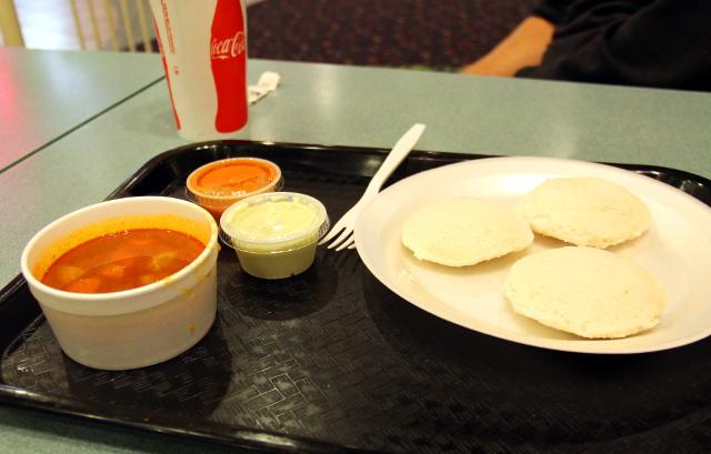 Idliä (riisijauhosta tehtyjä höyrytettyjä huokoisia leipäsiä) ja sambaria (punainen mausteinen soossi, jota tarjotaan eteläintialaisten snacksiruokien kanssa.