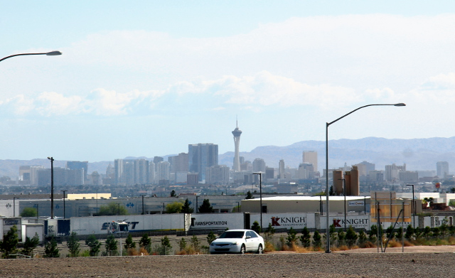 Saapuminen Las Vegasiin. Se on kaupunki keskellä aavikkoa.