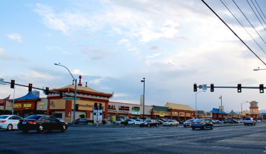 Kiinalaisen kaupunginosan matalaa ostaria, beigea ja yksikerroksista kuten aina. Las Vegas Boulevardin ulkopuolella ei ollut hulppeaa ja amerikkalaiseen tapaan oli kovin levittäytynyttä. Eli Jenkkilässä vaikuttaa että joko rakennetaan tosi korkeita taloja tai yksikerroksista.