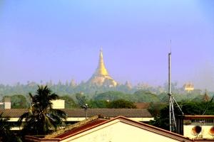 Shwedagon pagoda hotelliltani nähtynä.