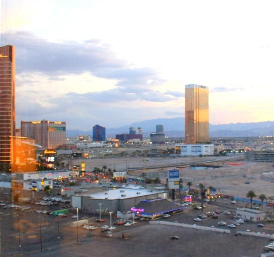 Las Vegas Boulevardilla on myös työmaata ja parkkipaikkoja.