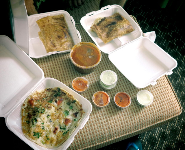 Eteläintialaista pikaruokaa Riviera-hotellin food courtista. Masala dosat ja uttapamit maistuivat krapula-aamuna.