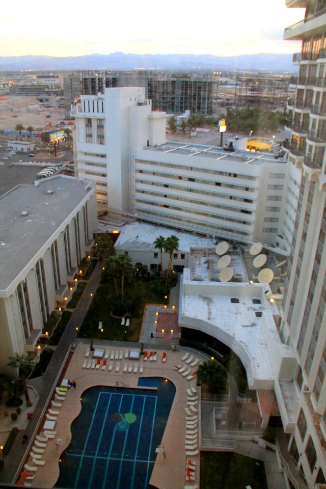 Rivieran uima-allasalue meidän huoneesta katsottuna.