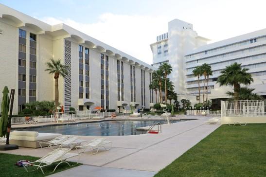 Riviera-hotellin uima-allasalue.