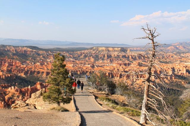 Tämä polku taisi mennä näköalapaikalle nimeltä Inspiration Point.
