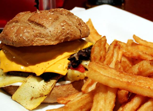 Vegaaniburgeri soijajuustolla ja -majoneesilla Tatuadossa.