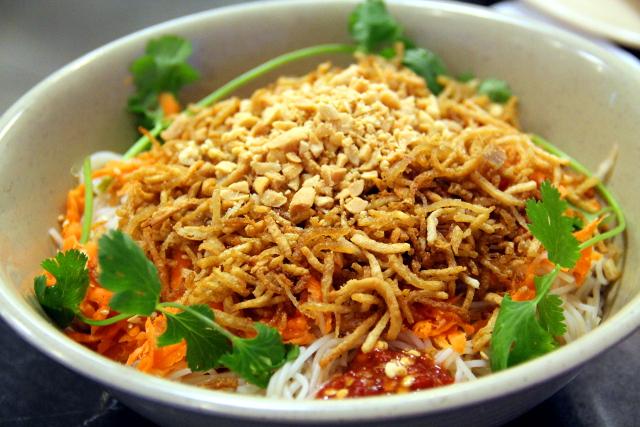 Vietnamilaisissa ravintoloissa voi saada nuudeliannoksen, joka on kuin nuudelikeitto, mutta ilman lientä.
