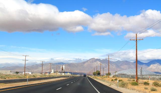 178-tie Ridgecrestistä länteen. Olimme Ridgecrestissä yötä ajettuamme päivällä Death Valleyn läpi.