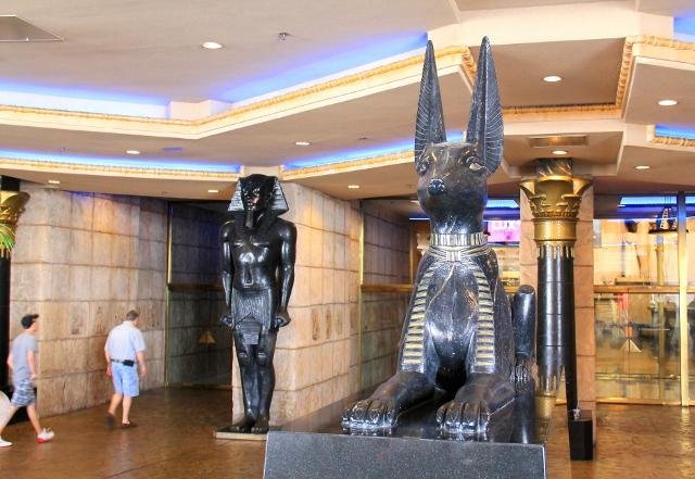 Anubis vahtii Luxorin ovia.