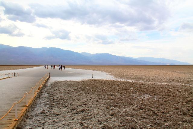Badwater basin on yli 800 metriä meren pinnan alapuolella.