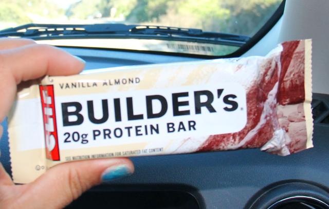 Buildersin proteiinipatukat ovat mahtavia. Ne ovat kaloripitoista karkkia, mutta saapi sentään namin ohella protskua, tästä patukasta saa 20 grammaa. Useimmat ovat vegaanisia.