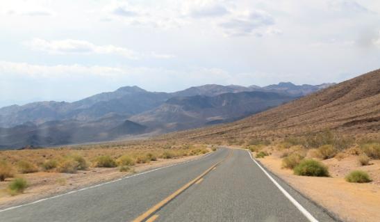 Death Valleyssa oli synkän värisiä kukkuloita.