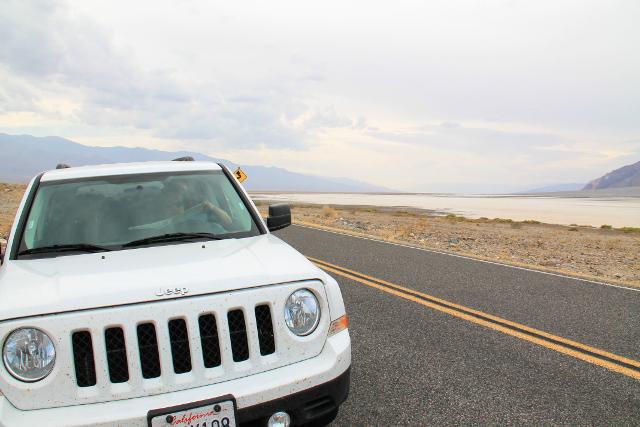 Meidän jeeppi Death Valleyssa.