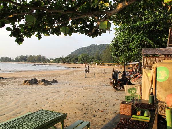 Klong Daon ranta Koh Lantalla Time for Limen edestä. Rantaelämää en seitsemän kuukauden aikana juuri ole viettänyt, lähinnä kävelyttänyt koiria yhdellä biitsillä.