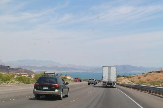 Kohti Hoover Damia, edessä padon takia muodostunut osa Coloradojokea ja Lake Mead.