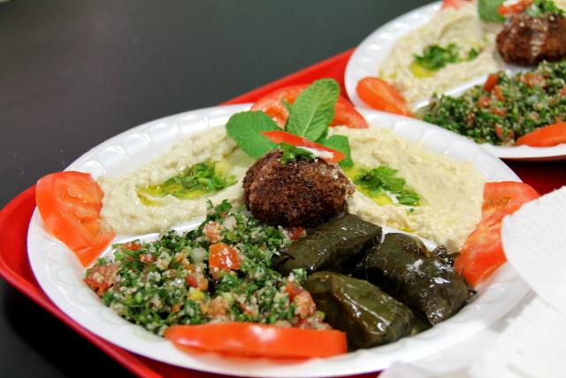 Vaihteeksi päästiin syömään ravintolaruokaa, mezejä (babaganoushia, hummusta, viininlehtikääryleitä, taboullehsalaattia ja falafelia). Lähi-idän ruokapaikoista löytyy yleensä helposti nämä vegaaniherkut.