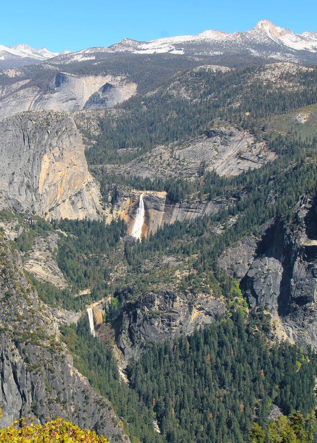 Nevada Falls on tuo ylempi putous Half Domelta itään ja Vernal Falls on alempi putous, joka laskee Yosemite Valleyhin.