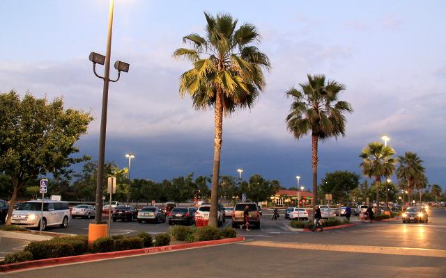 Kunkin yön motellin löytämisen jälkeen yleensä etsittiin kauppa. Tällaisia parkkialueita oli kaikkialla.