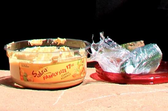 Ruokailua yksinkertaisimmillaan, Zion National Parkin näköalapaikalla dippasin kurkkua hummukseen.