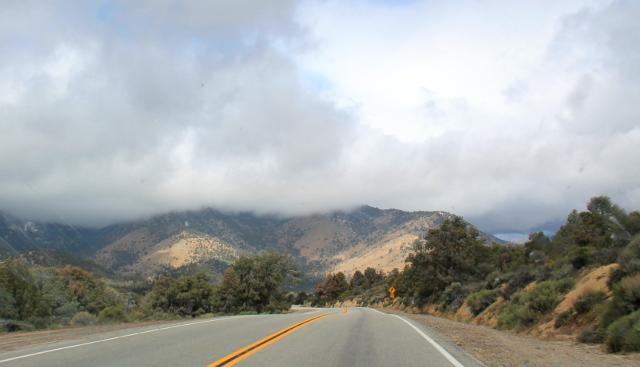 Pilvien peittämät kukkulat.