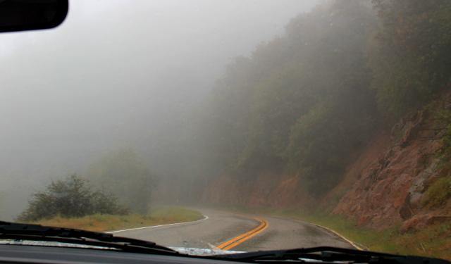 Kartasta emme tajunneet tien lähtevän vuoristoon kiemurtelemaan sumun keskelle.