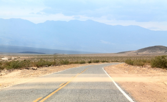 Death Valleyssa tuuli. Tässä tuuli työntää hiekkaa tien yli.