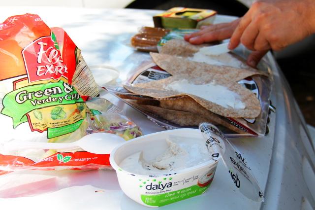 Ensin wrapille levitettiin Daiya-tuorejuustoa (vegaaniset Daiya-tuotteet ovat parhaita!).