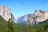 Yosemiten laakso ja oikealla Bridalveilin putous.