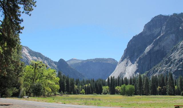 Yosemiten laakso tasainen vuorten välissä.