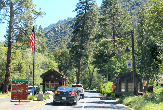 Yosemiten sisäänkäynti. Tämmöiseltä näytti monen muunkin kansallispuiston portilla.