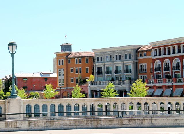 Napassa on tavoiteltu eurooppalaista hienostuneisuutta myös joenrannan taloissa.
