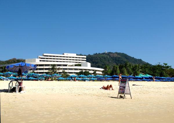 Iso hotelli Karonin rannalla.