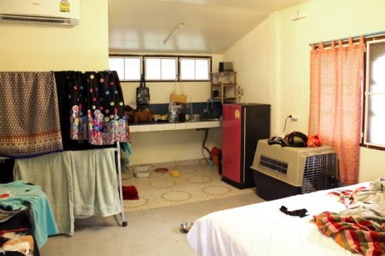 Huoneemme Koh Lantalla. Tämmöisestä yhden huoneen kämpästä sai pulittaa 9,000 Bahtia kuussa + sähkökulut (yli tonnin kuussa koska ilmastointi).