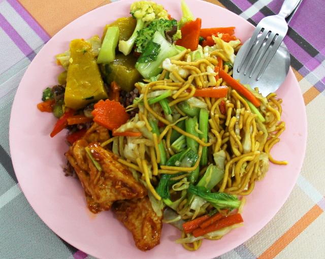 Ruokaa toisesta Ranong-kadun kasvisravintolasta.
