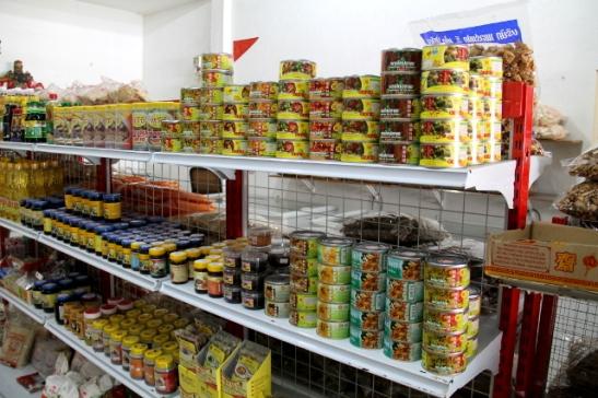 Kasviskaupan säilykehyllystä löytyy erilaisia feikkilihoja mausteliemissä. Kuivahyllyltä löytyy maksipakkauksia eri soijasuikaleita ja pakastimista vaikka mitä erilaisia nakkeja ja piffejä.