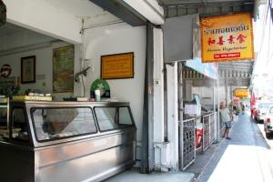 Thanon Ranongin kasvisravintolakortteli. Etualalla Hesan Vegetarian, taempana muita.