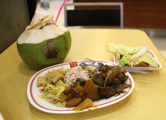 Ruokaa Central Festivalin kasviskojulta. Toiselta kojulta sain kookospähkinän.