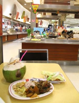 Kasvistiski Central Festivalin ostoskeskuksessa. Huomaa takana puna-keltainen lippu, niiden avulla bongaat kasvisruokaa.