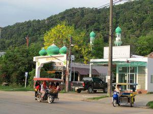 Koh Lantan päätie ja yksi moskeija sen varrella. Tuk-tukit täällä ovat tällaisia sivuvaunumopoja.