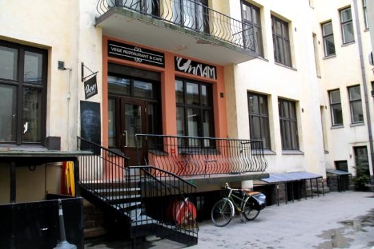 Omnam sijaitsee sisäpihalla Annankadulla, Helsingin Astangajoogakoulun vieressä.