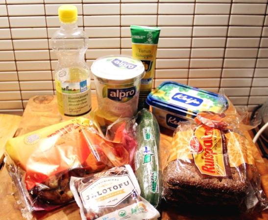 Heti lentokentältä ostin Suomi-eväät: vissyä, maustamatonta soijajugurttia, sinappia, Keijua, karjalanpiirakoita, savutofua, kurkkua ja Ruispaloja.
