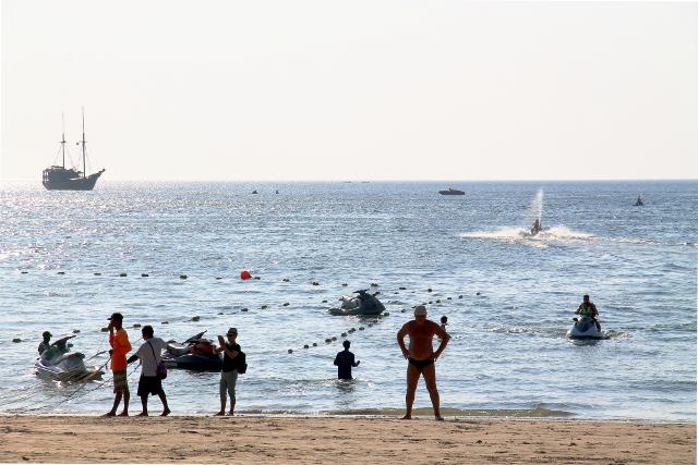 patongin ranta vesiskoottereineen