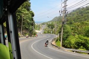Kiemurainen tie Patongilta Phuketiin kulkee Phuket Hillin kukkuloiden yli.